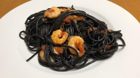 Espaguetis negros con salsa de tomate y gambas