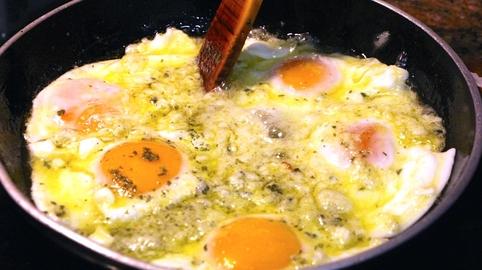 """Huevos """"invencibles"""" en sartén ..."""